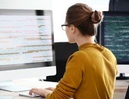 Kobieta pracująca nad kodem