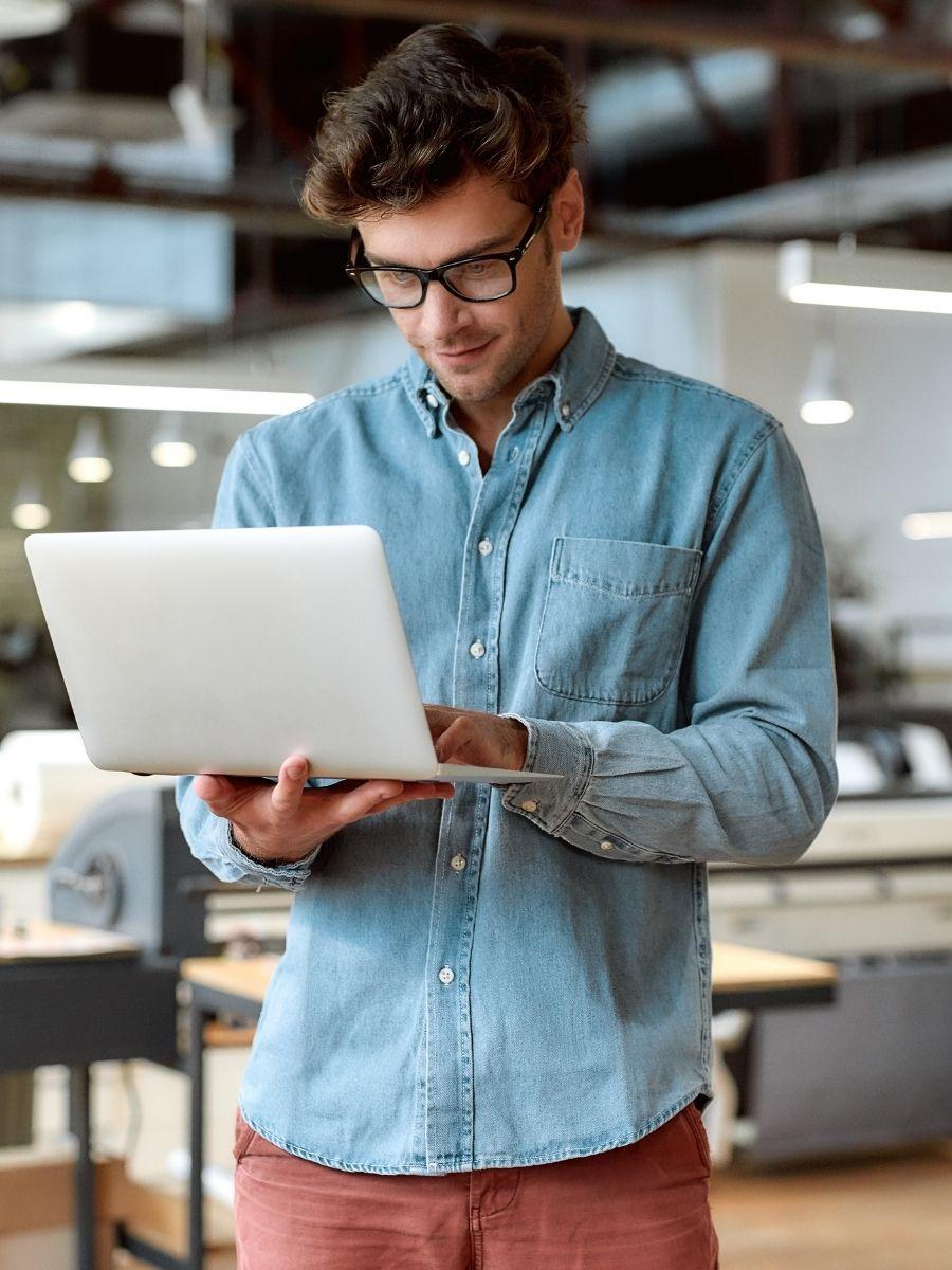 Developer z laptopem